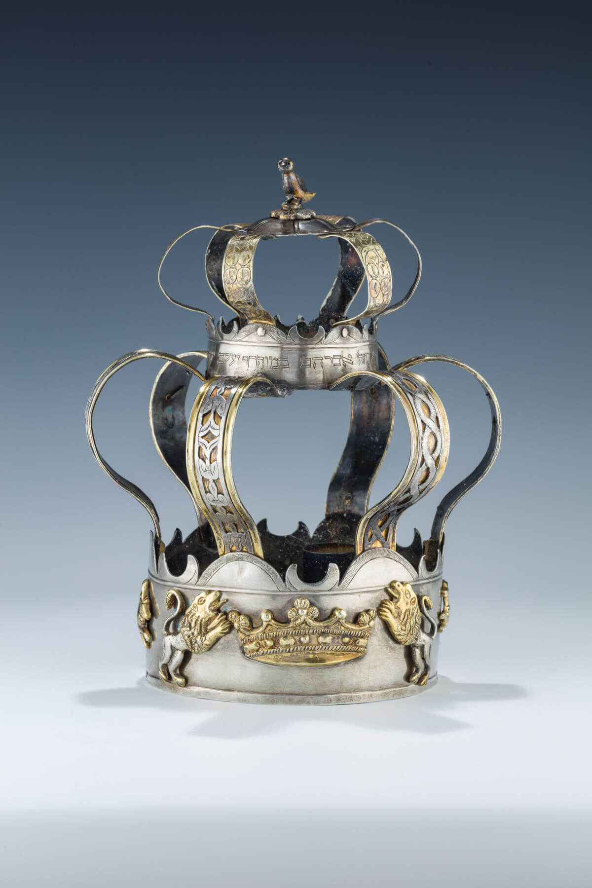 143. AN EARLY PARCEL GILT SILVER TORAH CROWN