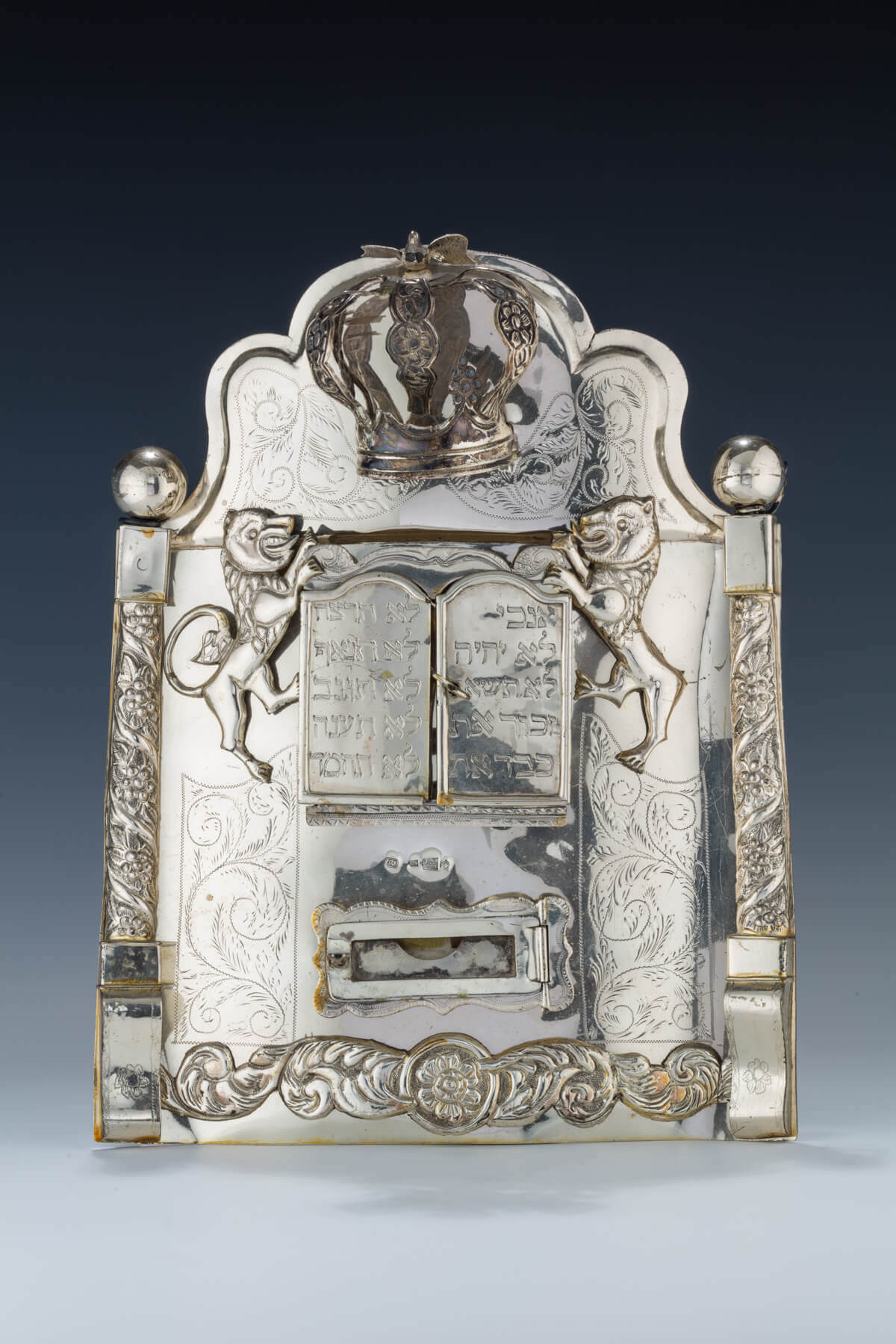 037. A SILVER TORAH SHIELD