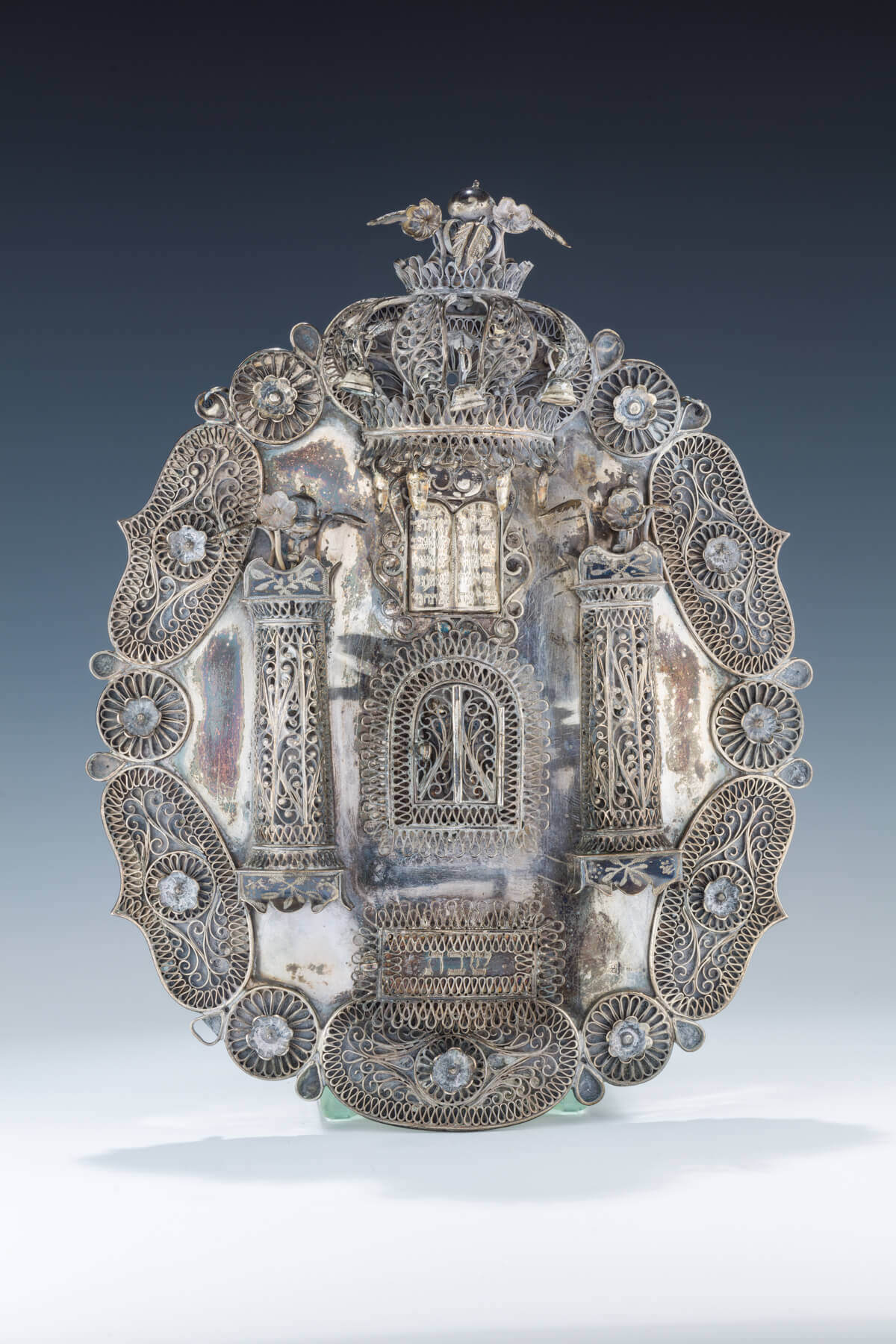 125. A SILVER AND FILIGREE TORAH SHIELD AND MATCHING POINTER