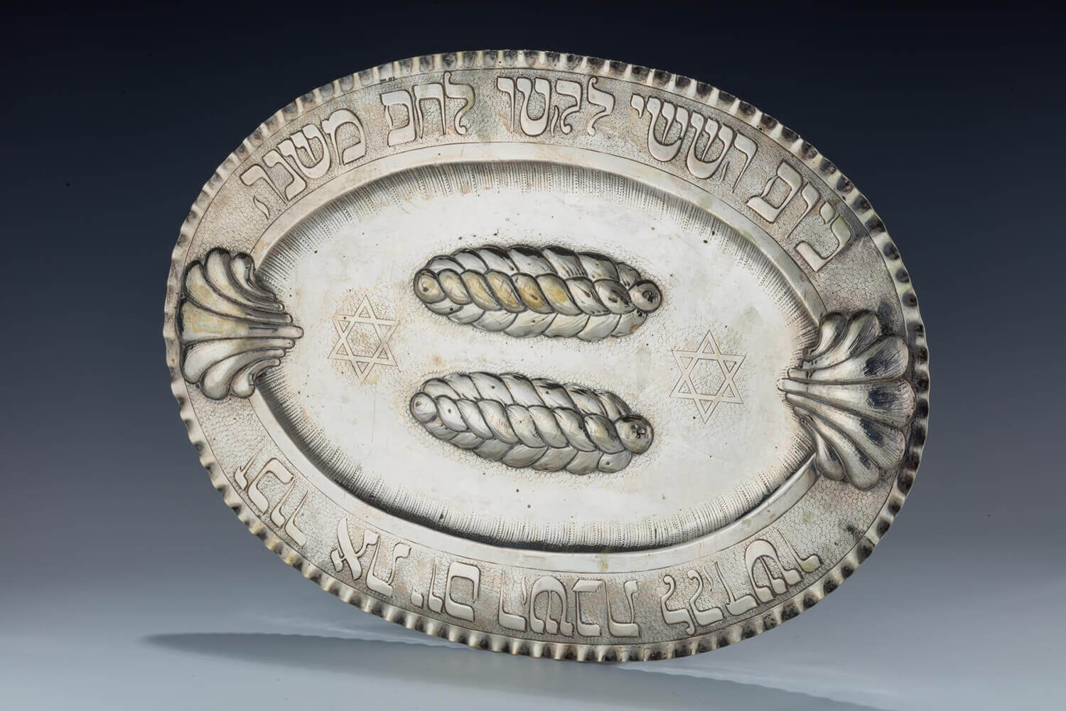067. A LARGE SILVER CHALLAH TRAY