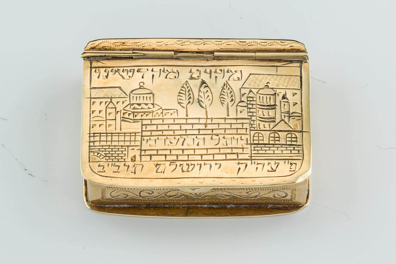 084. A GOLD SNUFF BOX