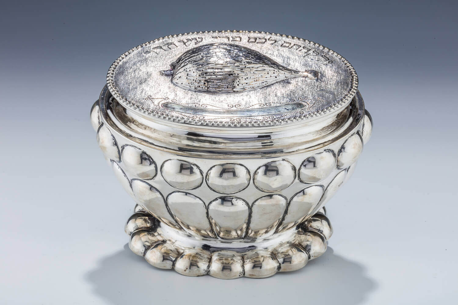 075. A LARGE SILVER ETROG BOX