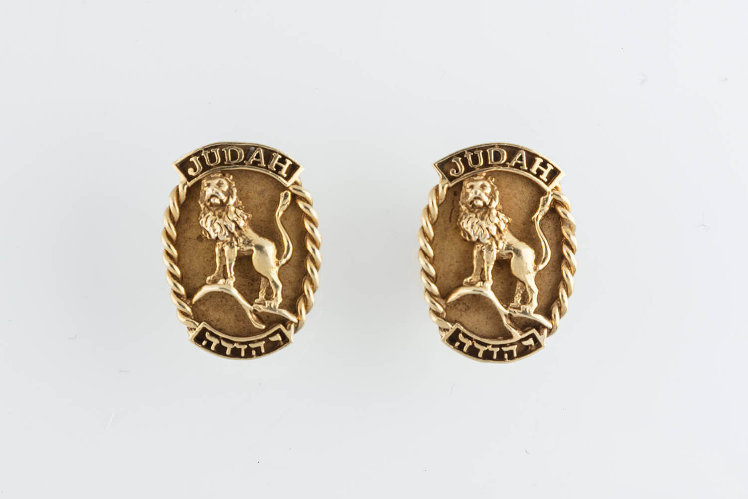 018. A PAIR OF 14K GOLD CUFFLINKS
