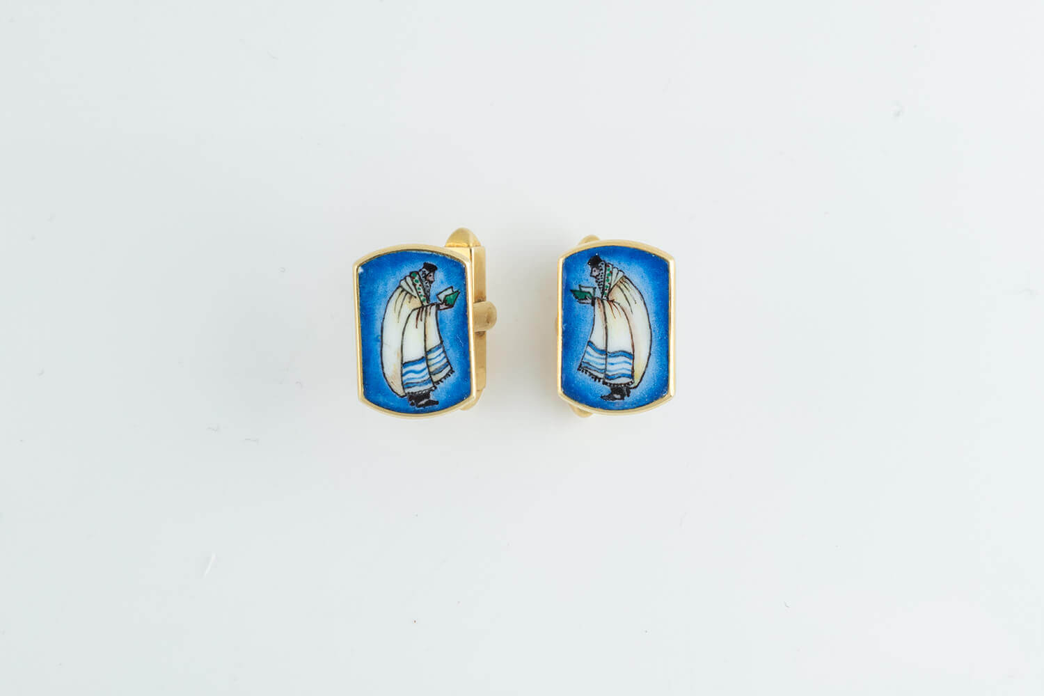 019. A PAIR OF 18K GOLD AND ENAMEL CUFFLINKS