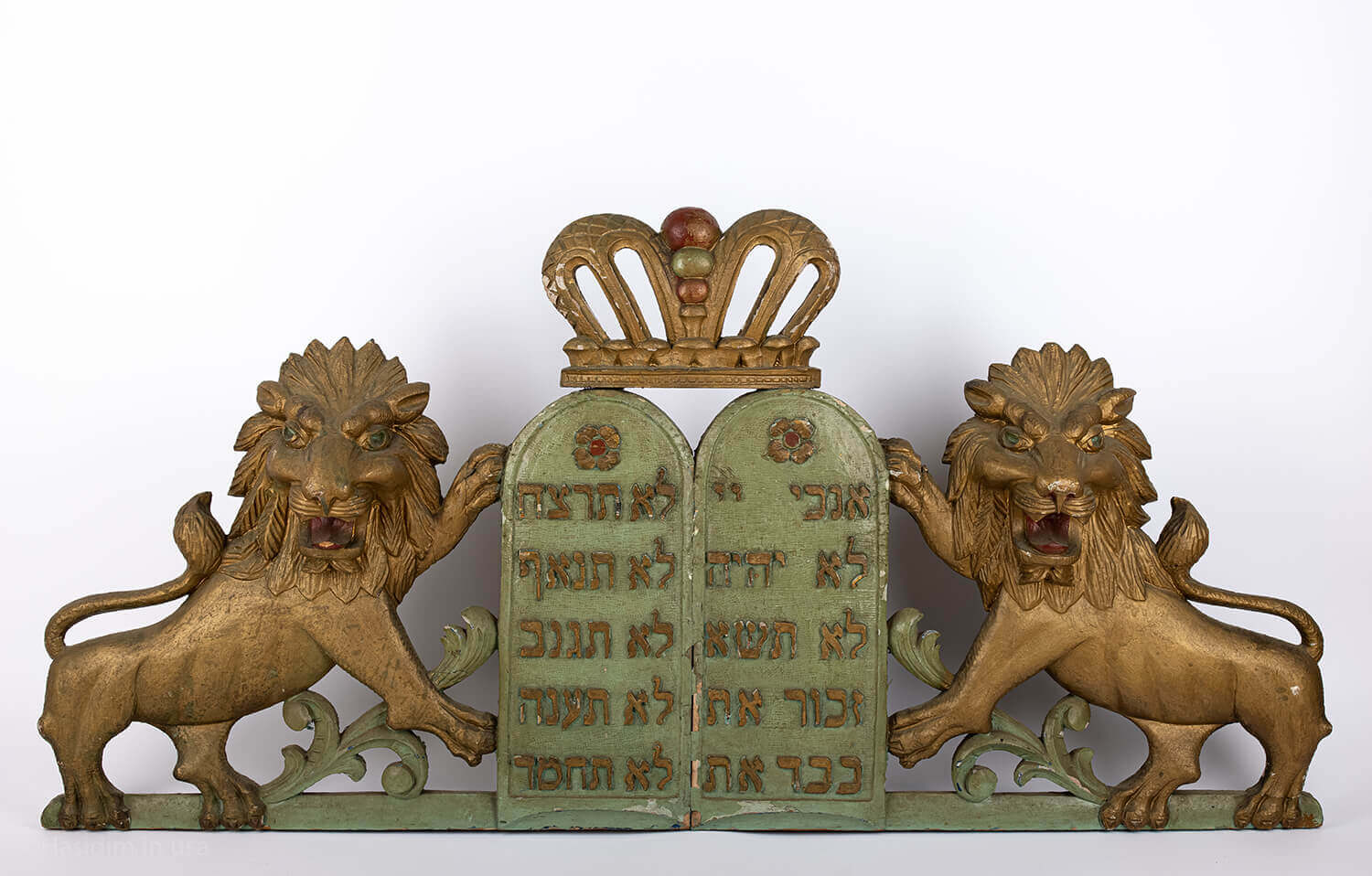 045. A PAIR OF WOODEN LIONS AND DECALOGUE