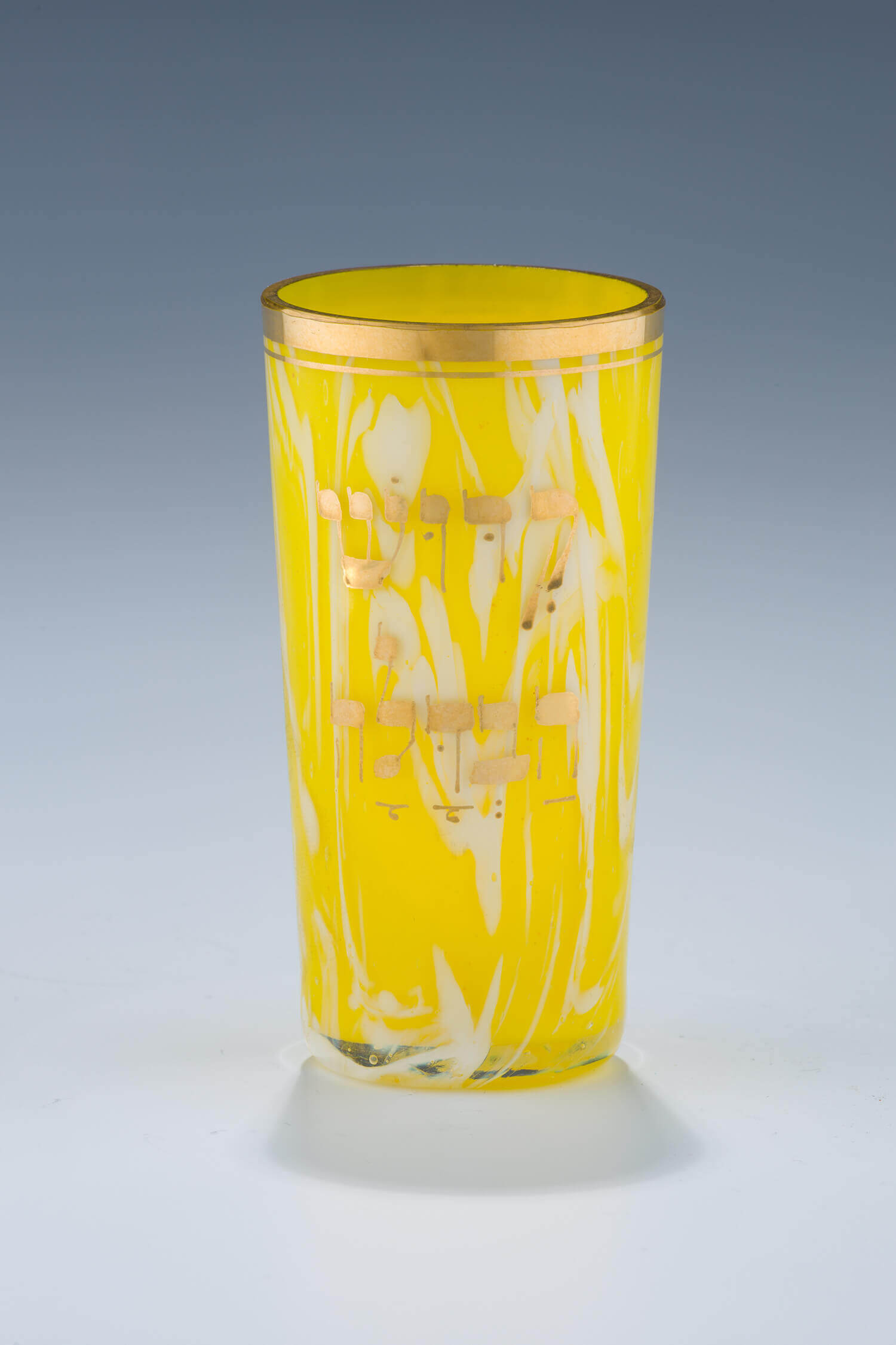 013. A GLASS KIDDUSH BEAKER