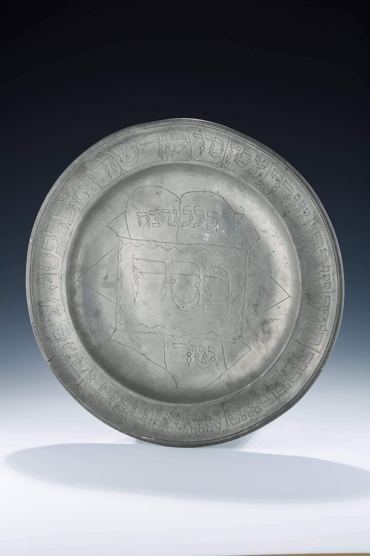 045. A VERY LARGE PEWTER SEDER PLATE